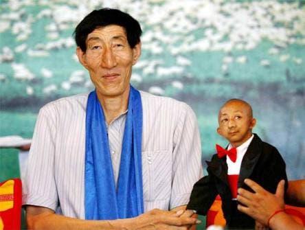 Bao Xishun (uomo vivente più alto del mondo) e He Pingping (uomo più piccolo del mondo) @ Davide Maggio .it