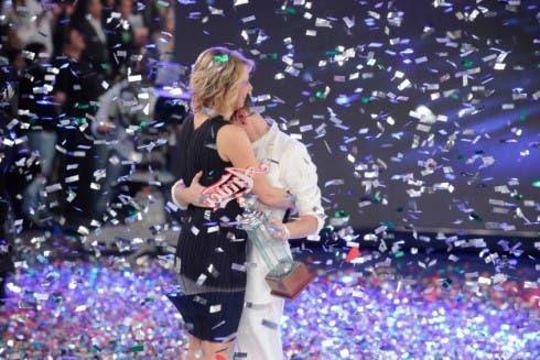 Maria De Filippi e il vincitore Virginio Simonelli durante la premiazione di Amici 10