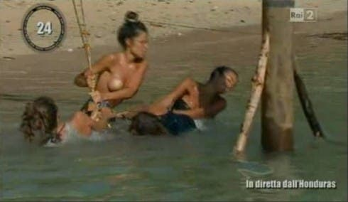 Il topless di Raffaella Fico all'Isola dei Famosi