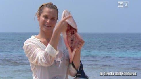 Simona Ventura con il pesce - Isola dei Famosi 8 - settima puntata