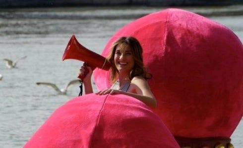 """Giovanna """"Nina"""" Palmieri sulla barca a forma di papera"""
