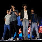 2012mtvvma_onedirection_performs