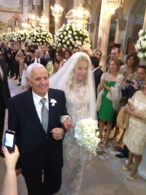 Valeria Marini verso l'altare