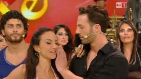 Roberto Imperatori copre il microfono di Alessandra Barzaghi - Ballando con le Stelle 2013