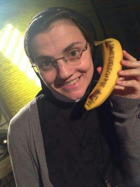 Suor Cristina selfie con la banana