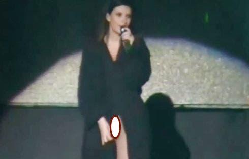 Laura Pausini senza mutande sul palco