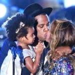 VMA 2014 vincitori: Jay bacia Beyoncè e tine in braccio Blue Ivy