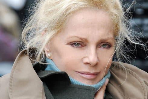 Una foto vicina alla sua morte capelli rari biondo platino ancora bellissima ha un maglione accollato e un impermeabile