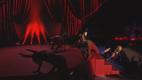 Madonna cade ai Brit Awards 2015