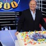 Gerry Scotti con la torta di Caduta Libera