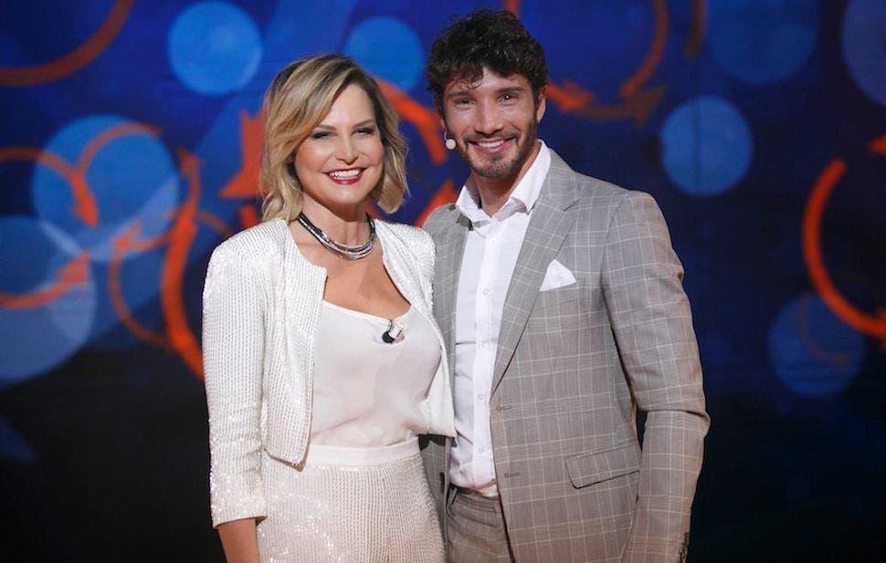 Simona Ventura e Stefano De Martino Selfie