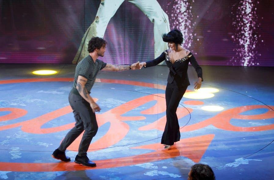 Simona Ventura balla con Stefano De Martino - Selfie 2