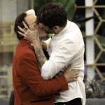 Malgioglio e Jeremias si baciano
