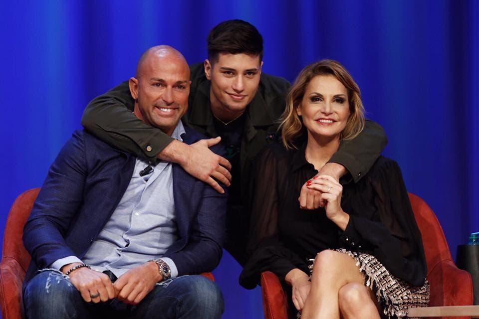 Stefano Bettarini insieme al figlio e a Simona Ventura