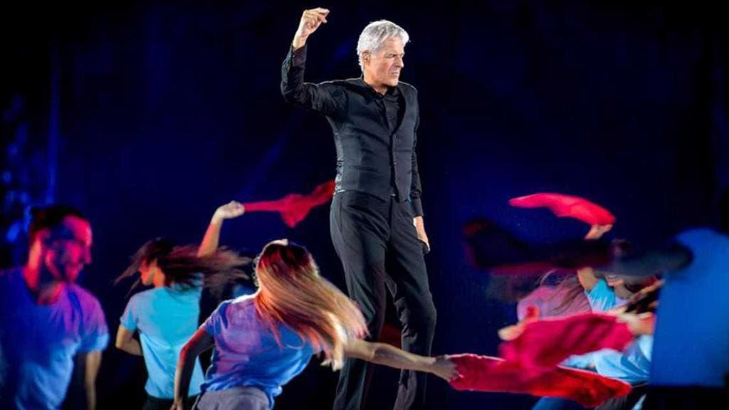 Claudio Baglioni con il corpo di ballo
