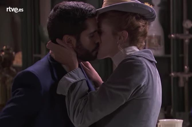 Una Vita |  anticipazioni |  Elvira bacia Victor per fare ingelosire Simon