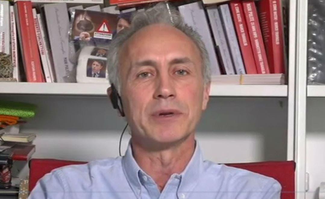 La7, Marco Travaglio espone la carta igienica con la faccia
