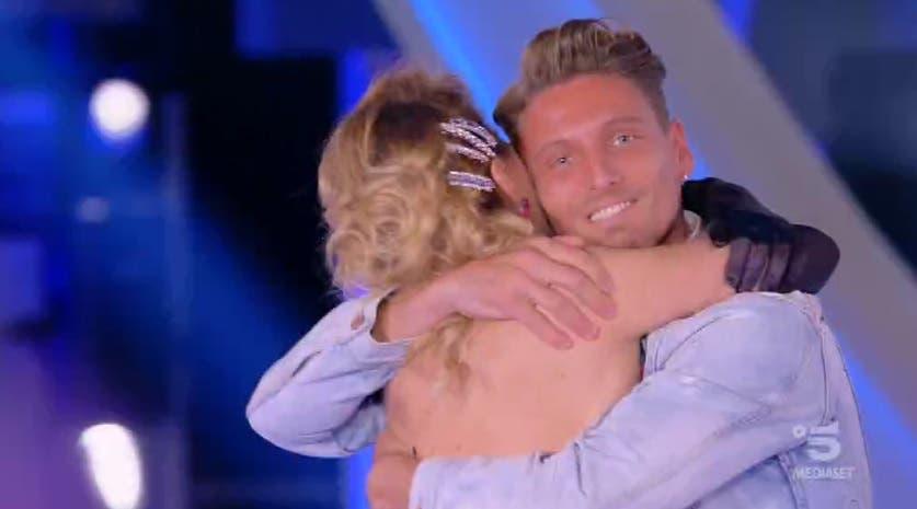 Gennaro abbraccia Barbara
