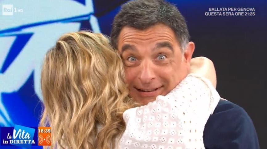 Francesca Fialdini abbraccia Tiberio Timperi