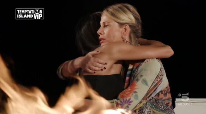 Alessia Marcuzzi abbraccia Serena - Temptation Island Vip
