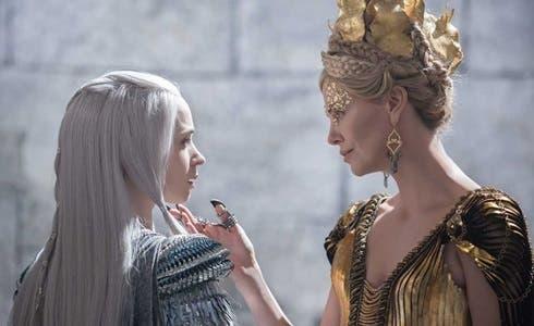Emily Blunt e Charlize Theron in Il Cacciatore e la Regina di ghiaccio