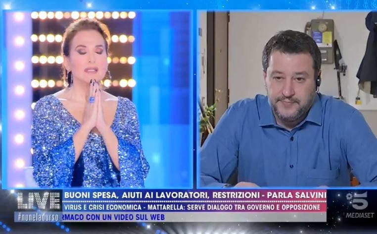 Barbara D'Urso prega in diretta con Salvini – Video