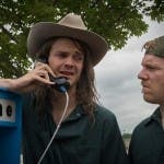 Jack Quaid e Brian Gleeson in La truffa dei Logan