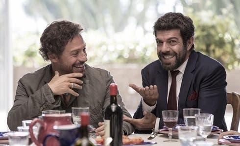 Stefano Accorsi e Pierfrancesco Favino in A casa tutti bene