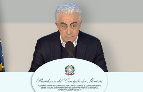 Maurizio Crozza nei panni di Domenico Arcuri