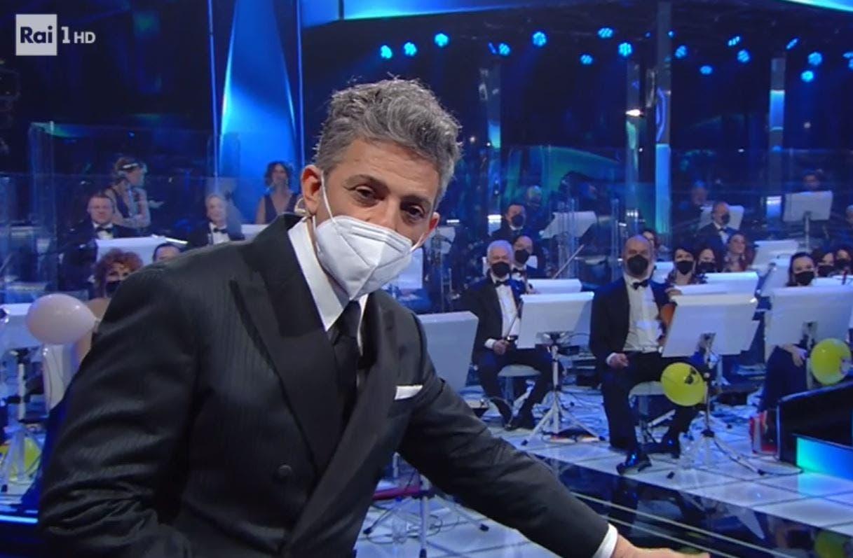 Sanremo 2021, Fiorello sfotte i paradossi del protocollo sanitario: «Giù dal palco serve la mascherina, su no»