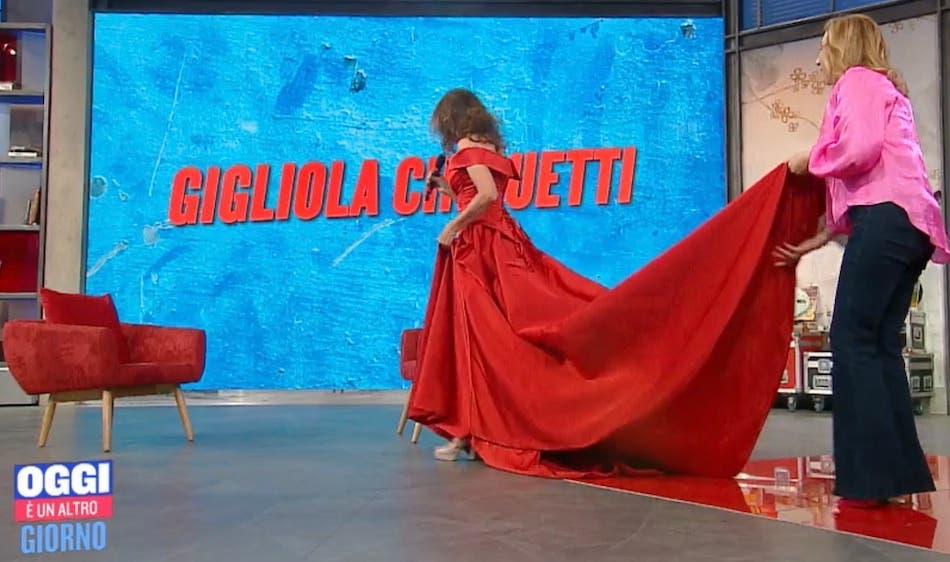 Serena Bortone regge l'abito della Cinquetti
