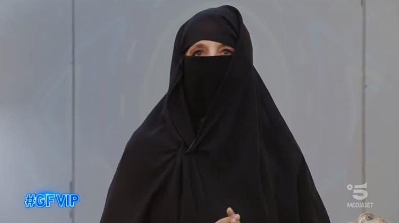 Jo Squillo indossa il burqa - GF Vip 2021
